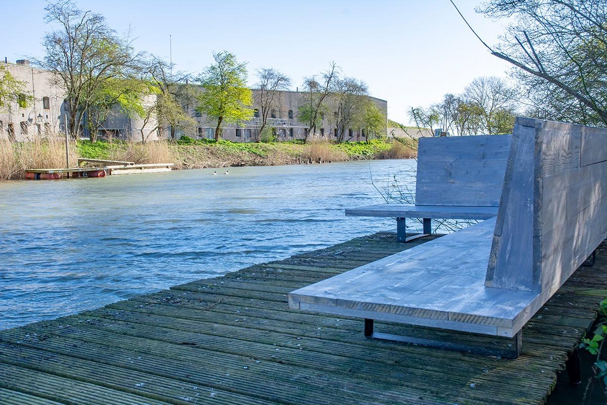 Logeren en Vergaderen Bij Kloeke - Bij Kloeke bank bij het water.